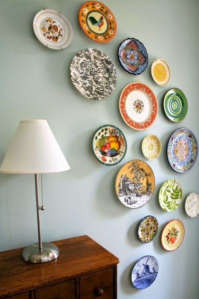 Тарелки на стену в интерьере (20 фото): примеры оригинального декора