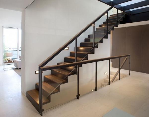 Деревянная лестница, цена установки на второй этаж дома