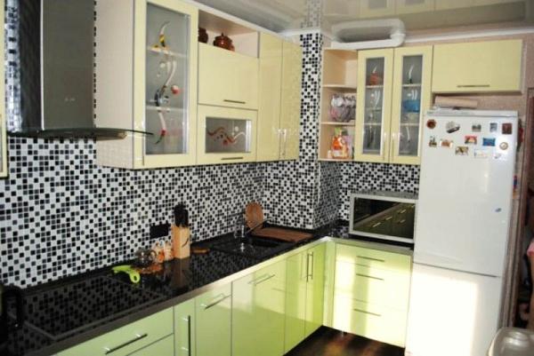 Дизайн кухни с вентиляционным коробом в углу: превращаем недостаток в достоинство