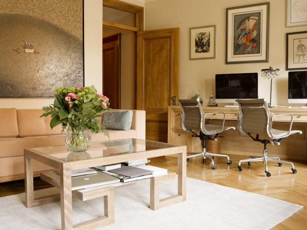 Кофейный столик в интерьере гостиной фото
