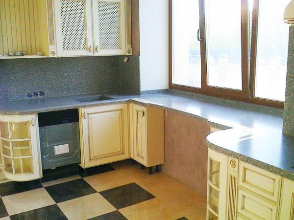 Кухонный гарнитур вдоль окна дизайн
