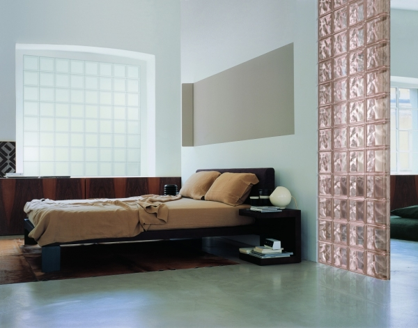 Стеклоблоки в интерьере (21 фото): зонирование и декор комнат