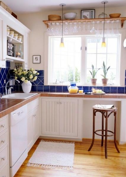 Кухня вдоль окна – целое поле идей для начинающего дизайнера