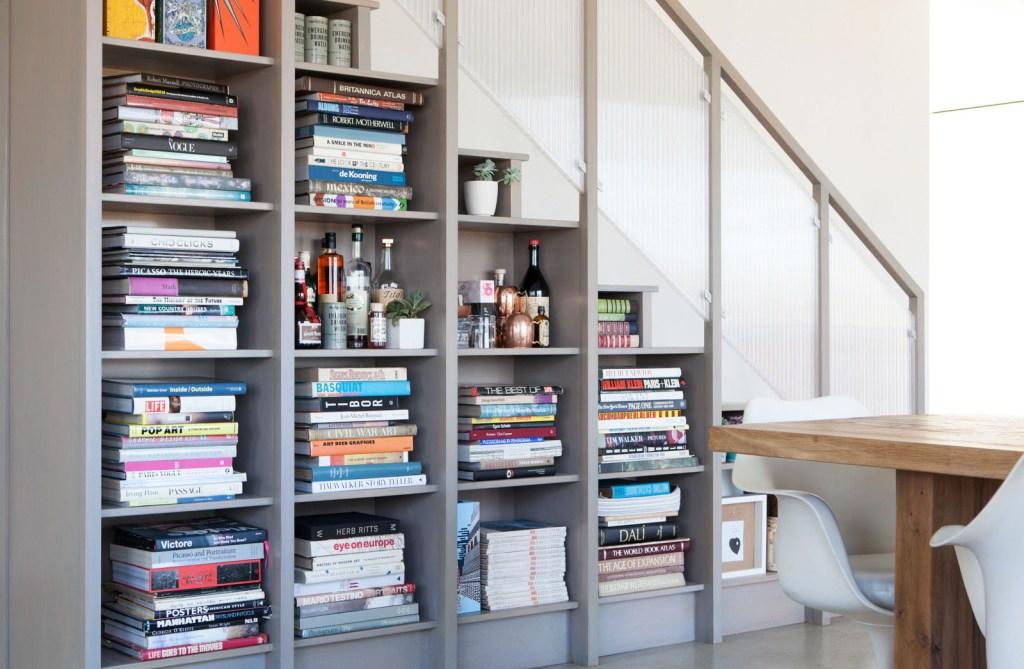 Идеи использования пространства под лестницей в частном доме
